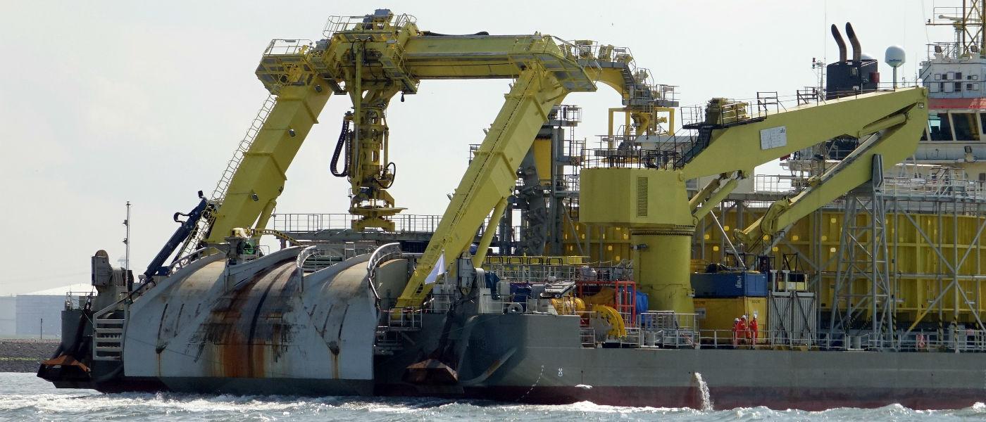 Судно для укладки шлангокабеля и подводного кабеля